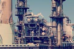 Dystyngowany Ponaftowy zakładu petrochemicznego Smokestack rurociąg Zdjęcie Stock