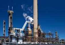 Dystyngowany Ponaftowy zakładu petrochemicznego Smokestack rurociąg Zdjęcia Royalty Free