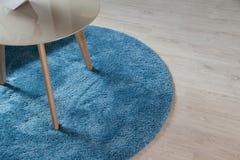 Dywan na drewnianej podłoga z stołem obraz royalty free