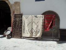 Dywaniki dla sprzedaży na zewnątrz sklepu w Essaouira, Maroko zdjęcia royalty free