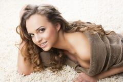 dywanowa dziewczyna target603_0_ uśmiechów cukierki potomstwa Obrazy Stock