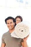 dywanowa przewożenia pary latynosa pozycja zdjęcie royalty free