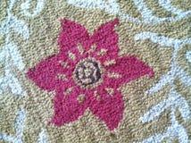 Dywanowa tekstura z różowym kwiatem w centrum Obraz Royalty Free
