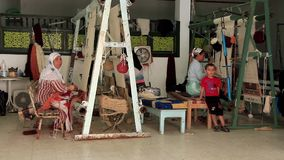 Dywanowy tkactwo. Trzy kobieta, Berber, producenci. Tkactwo fabryka w Tunezja zbiory wideo