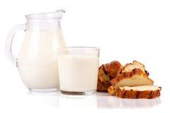 Dzbanek i szkło mleko z bochenkiem odizolowywającym na białym tle chleb Zdjęcie Stock