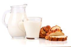 Dzbanek i szkło mleko z bochenkiem odizolowywającym na białym tle chleb Obrazy Stock