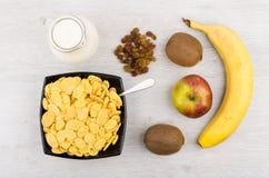 Dzbanek mleko, puchar z kukurydzanymi płatkami i owoc, Zdjęcia Royalty Free