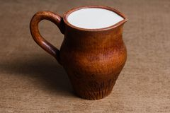 Dzbanek odżywczy świeży mleko od rolnika na drewnianym stole zdjęcie stock