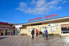 Dzhubga,俄罗斯, 2016年10月, 26日 人们是在汽车站在Dzhubga 库存照片