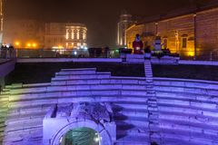 Dzhumaya清真寺、罗马体育场和圣诞节装饰在市普罗夫迪夫,保加利亚 免版税库存照片