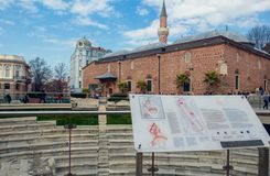 Dzhumaya清真寺和普罗夫迪夫罗马体育场普罗夫迪夫,保加利亚 免版税图库摄影