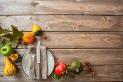 Dziękczynienia mieszkanie kłaść z kolorowymi baniami i miejsca położeniem na nieociosanym drewnianym stole, kopii przestrzeń, odg obraz stock