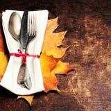 Dziękczynienia stołowy położenie Sezonowy cutlery na nieociosanym drewnianym t fotografia stock