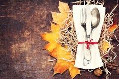 Dziękczynienia stołowy położenie Sezonowy cutlery na nieociosanym drewnianym ta zdjęcie royalty free