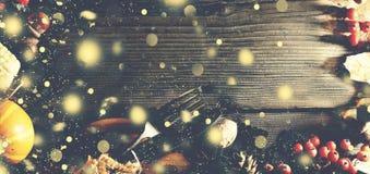 Dziękczynienia tło z spada złocistym śniegiem Banie i różnorodne jesieni owoc Rama z sezonowymi składnikami w Thanksgivin Fotografia Stock