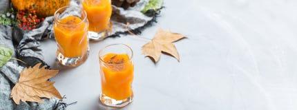 Dziękczynienie jesieni alkoholu napoju koktajlu napój z baniami i liśćmi fotografia royalty free