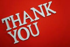 Dziękuje Ciebie abecadło listy na czerwonym tle obrazy stock