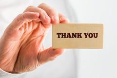 Dziękuje Ciebie ręką tekst na Małego kawałka Drewnianym chwycie Obrazy Stock