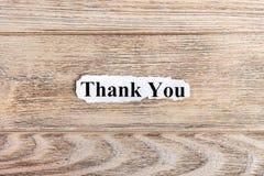 dziękuje ciebie tekst na papierze Słowo dziękuje ciebie na poszarpanym papierze com pojęcia figurki wizerunku odpoczynku dobra tr obrazy stock
