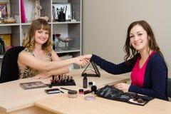 Dziękuje dziewczyna makijażu artysty dla prezentaci Zdjęcia Stock