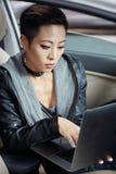 działanie laptopa kobiety obrazy stock