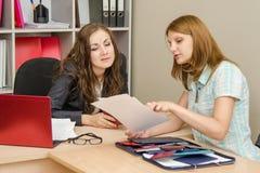 Działów zasobów ludzkich specjaliści są zainteresowanej dziewczyny przyglądającym życiorysem Zdjęcie Stock
