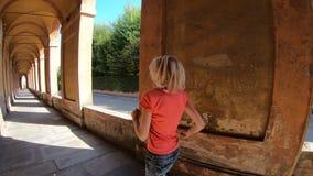 Działająca kobieta pod archway zbiory wideo