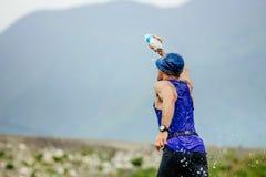 Działająca męska atlety kiści twarz butelka z wodą Obraz Royalty Free
