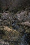 Działająca rzeka przez skał góra w jesieni zdjęcie stock