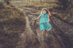 Działająca Szczęśliwa mała dziewczynka zdjęcia royalty free