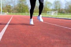 Działające mięśniowe nogi młoda atleta Zdjęcie Royalty Free