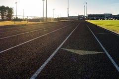 Działającej Szlakowej słońce racy pasów ruchu czerni Strzałkowatej murawy Trawiaści sporty Fie Zdjęcia Stock