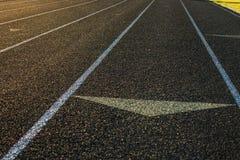 Działającej Szlakowej słońce racy pasów ruchu czerni Strzałkowatej murawy Trawiaści sporty Fie Obrazy Stock