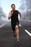 Działający biegacza mężczyzna biec sprintem trening na drodze fotografia stock