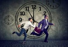 Działający biznesmen wykonuje i przypadkowy entreprenur w rywalizaci zdjęcie royalty free