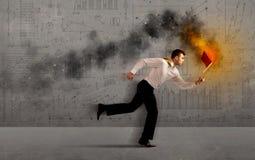 Działający biznesowy mężczyzna z pożarniczym laptopem Obraz Royalty Free