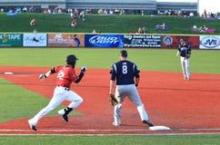Działający gracz baseballa Fotografia Royalty Free