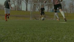 Działający gracze piłki nożnej w akci podczas dopasowania zdjęcie wideo