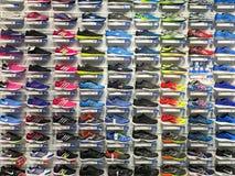 Działający I Przypadkowi buty Dla sprzedaży W mody odzieży Obuwianego sklepu pokazie obrazy royalty free