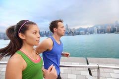 Działający młodzi ludzie jogging w Hong Kong mieście Obrazy Royalty Free
