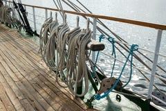 Działający olinowanie żeglowanie statek przeciw wodzie morskiej Obraz Royalty Free