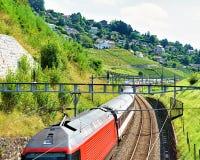 Działający pociąg blisko Lavaux winnicy tarasów wycieczkuje śladu szwajcara Zdjęcie Stock