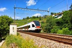 Działający pociąg przy Lavaux winnicy Tarasowym wycieczkuje śladem Szwajcaria Zdjęcie Royalty Free