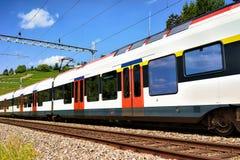 Działający pociąg przy Lavaux winnicy Tarasowym wycieczkuje śladem w Szwajcaria Zdjęcie Royalty Free