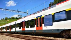Działający pociąg w Lavaux winnicy Tarasowym wycieczkuje śladzie Szwajcaria Fotografia Royalty Free
