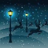 Działający renifery przez śniegu, światło od latarni ulicznych, mgła Fotografia Stock