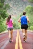 Działający stażowi biegacze jogging na drodze Obraz Royalty Free
