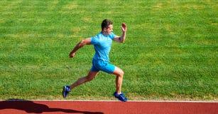 Działający wyzwanie dla beginners Atleta bieg śladu trawy tło Szybkobiegacza szkolenie przy stadium śladem Biegacz chwytający obrazy stock