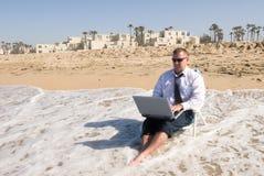 działanie biznesmena na plaży obraz royalty free