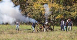 Działo ostrzał podczas Amerykańskiego wojny domowej Reenactment obraz royalty free